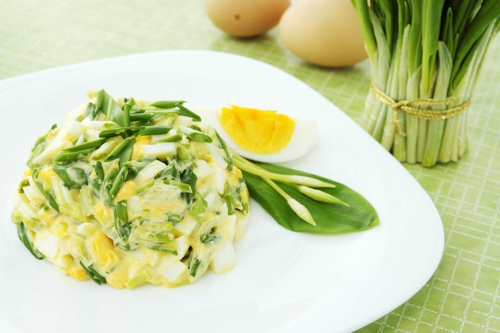 вкусный салат из кальмаров с яйцом