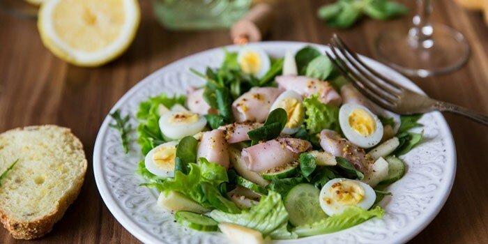 как готовить салат из кальмаров и грибов