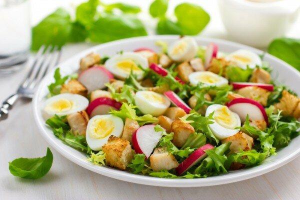 как приготовить салат с курицей и сухариками