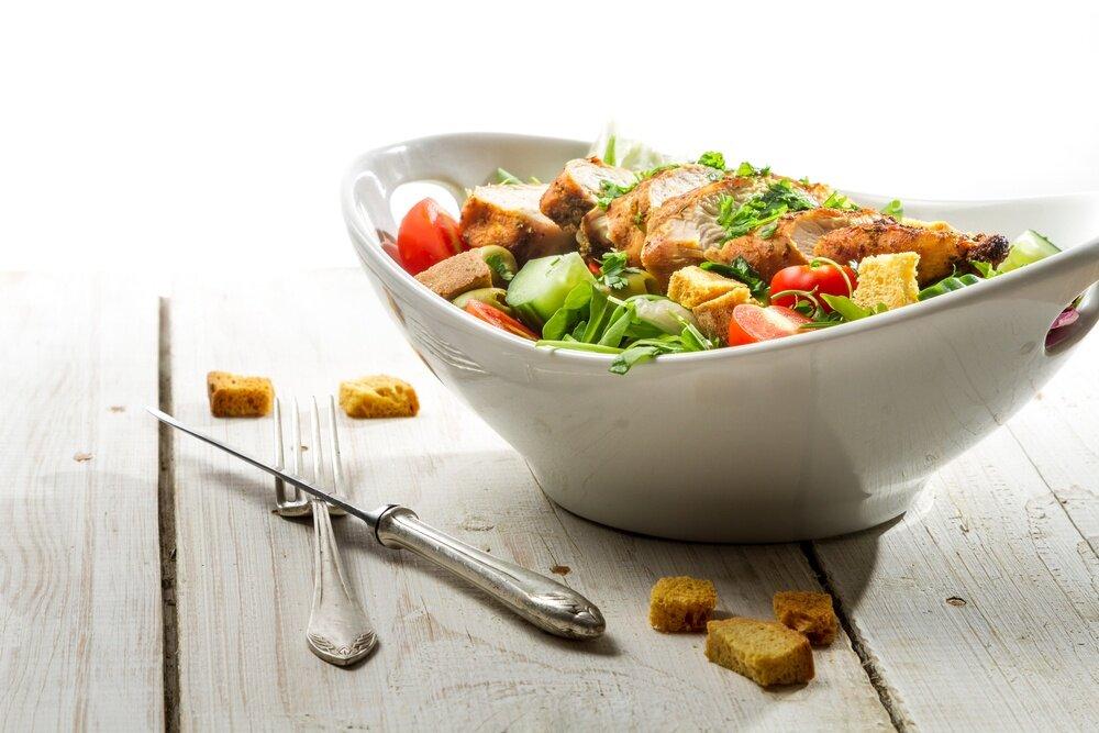 как сделать салат с курицей и сухариками