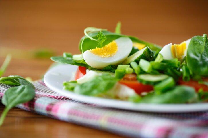 лучший салат из кальмаров с яйцом с фото
