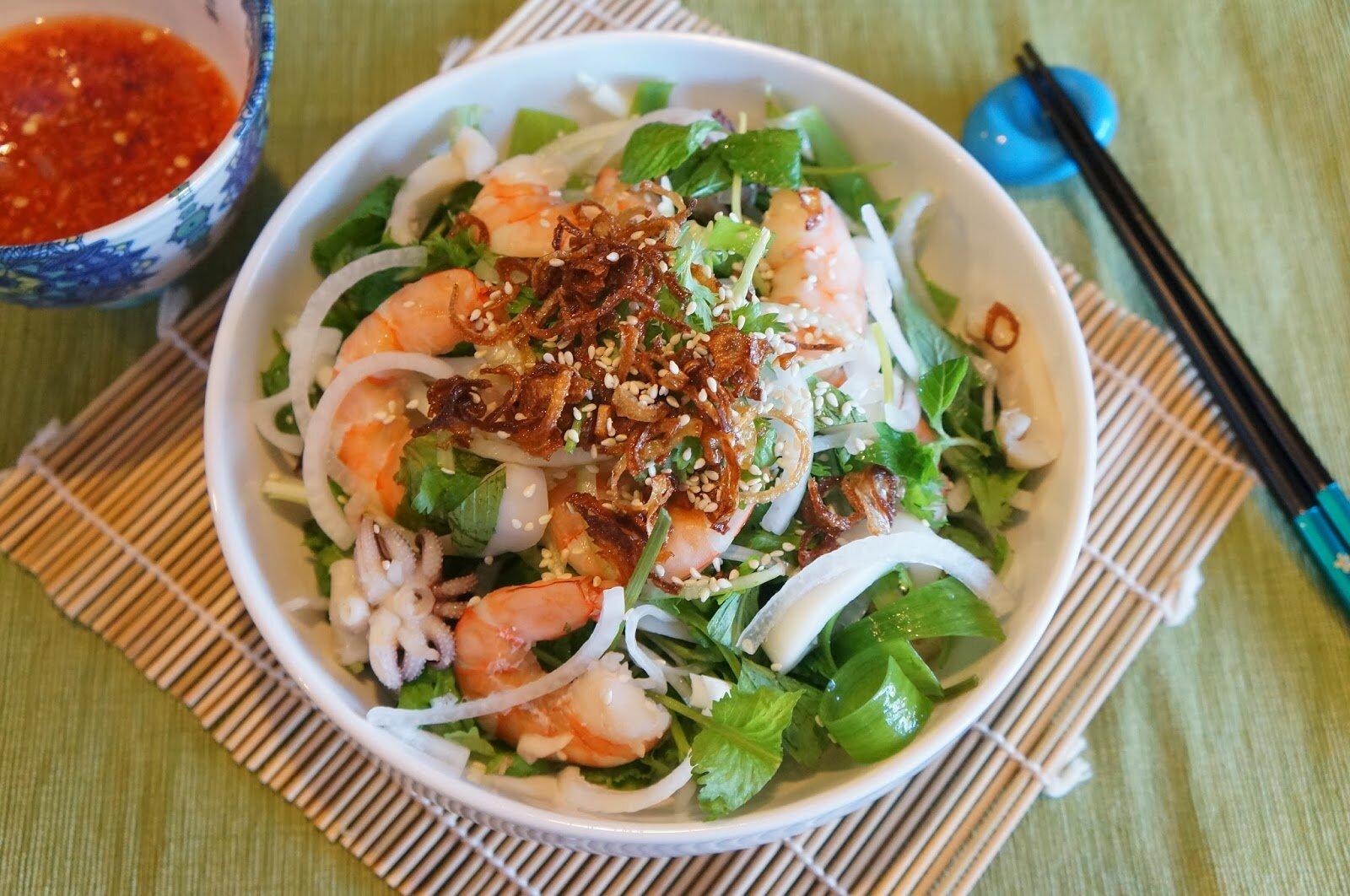 салат с кальмарами и креветками